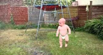 Un bébé voit un arroseur pour la première fois, sa réaction est à mourir de rire!