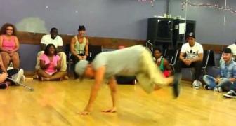 A grande exibição de um bailarino que tem uma perna só