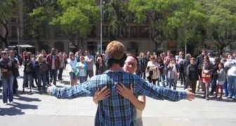 Blind in middle of the square demanding a hug... the reaction is very touching !