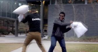 Un joven desafia a extraños en una lucha con almohadones: la reaccion es sorprendente!