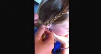 Cette maman transforme une simple natte en une nouvelle coiffure en 5 secondes