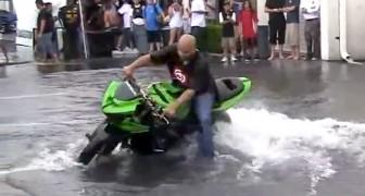 Um motociclista se diverte em uma grande poça: o show é extraordinário