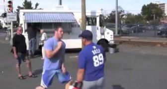 Dieser Junge fragt die Passanten, ihn zu schlagen, aber... er ist so unglaublich schnell!