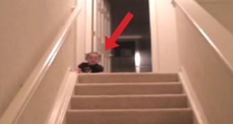 Un niño descubre el modo mas veloz absolutamente para descender las escaleras. Divertidisimo!
