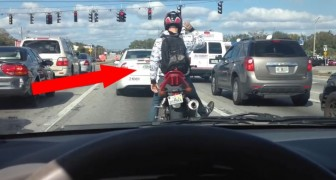 At the traffic lights a motorcyclist entertains everyone with a special performance !