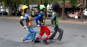Deze ene straatartiest vermaakt het publiek alsof hij met 3 personen is!