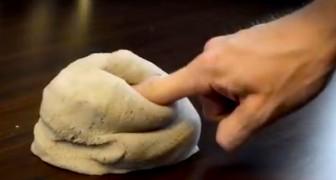Sembra normalissima sabbia, ma appena ci mette le mani sopra... WOW!