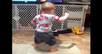 Un bambino sente la sua canzone preferita: la sua reazione è inarrestabile!