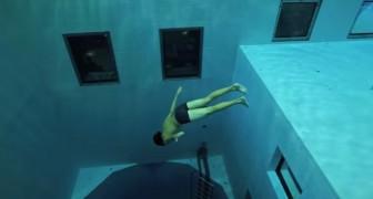 Un uomo si immerge in una delle piscine più profonde del mondo. Incantevole.