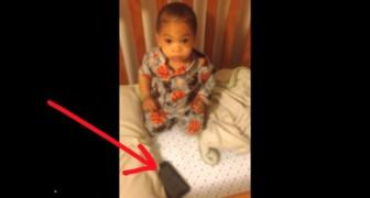 Ils mettent un portable à côté de l'enfant qui dort: sa réaction est hilarante!