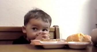 C'est le moment de la prière mais ce petit a TROP faim : le résultat est hilarant!