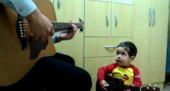 Pai e filho de dois anos tocam Beatles