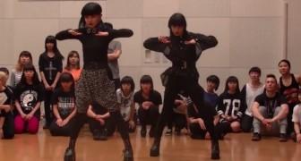 2 Japanse meisjes geven een dansworkshop: heb je ooit zoiets gezien?