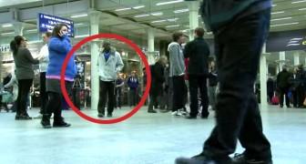 Een man loopt op een druk station, maar seconden later... SHOW!