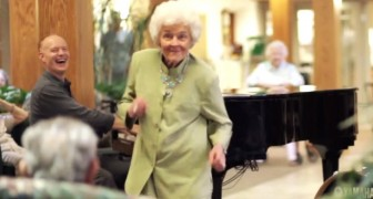 2 musicians give these old people a special moment they will not forget !