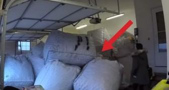 Een vrouw treft bij thuiskomst een garage vol zakken aan: haar man heeft een GROTE verrassing voor haar!