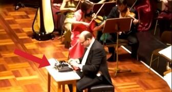 Si siede con una macchina da scrivere davanti all'orchestra: l'esibizione è spettacolare!