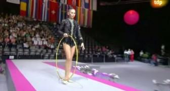 Ciò che questa ginnasta riesce a fare con il cerchio lascia il pubblico senza fiato