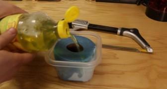 Hij schenkt afwasmiddel over een keukenrol: dit is een ideaal hulpmiddel voor in en om het huis!