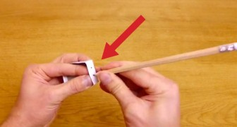Inizia bucando una scatola con una matita: alla fine non crederete... alle vostre orecchie!