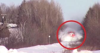 Het spoor is bedekt met veel sneeuw: de komst van de trein is een SPEKTAKEL