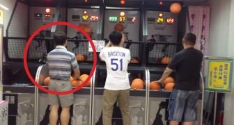 3 Männer treten in der Spielhalle gegeneinander an. Schaut dem Mann auf der linken Seite zu, ihr werdet euren Augen nicht trauen!