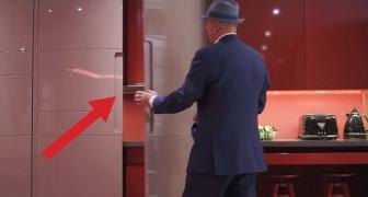 Es sieht so aus als würde er einen Schrank öffnen, aber der Raum verändert sein Aussehen!