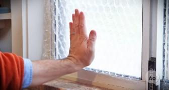 Ze plaatst noppenfolie op haar raam: met deze tip kun je flink besparen!