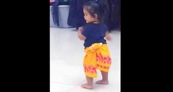Aqui la pequeña estudiante de esta escuela de baile. Una locura!