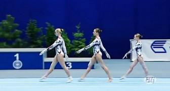 3 gymnasten beginnen hun oefening, het publiek en de jury zijn onder de indruk