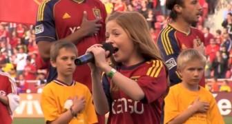 Toma el microfono para cantar el himno: cuando llega a la nota mas alta el estadio estalla!