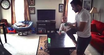 Ze zetten een camera in de woonkamer, dit is wat papa en hun zoon doen als mama niet thuis is...