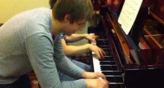 A genius of the piano has fun with a friend: their duet is BRILLIANT !