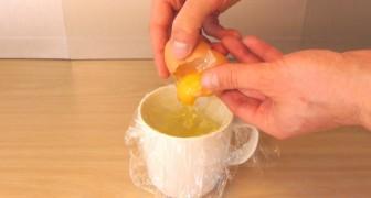Il casse un œuf dans du film alimentaire et vous montre un truc INFAILLIBLE