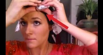 Elle enveloppe ses cheveux avec de l'aluminium. Quand elle le retire, le résultat est étonnant!