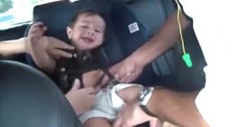 Un bebe esta haciendo caprichos, pero mira que sucede cuando inicia la musica...