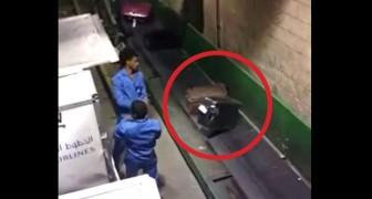 Filma a escondidas los operadores en el aeropuerto: asi es como rompen las valijas!