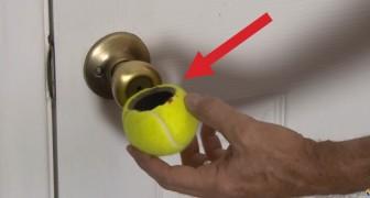 Taglia in due una pallina da tennis: l'uso che ne fa è davvero ingegnoso