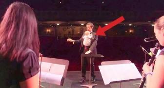 I musicisti salgono sul palco con i bambini in fascia: ciò che faranno vi sorprenderà
