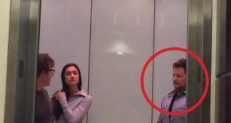 Je ontmoet soms vreemde mensen in een lift, maar deze man is bijna DUIVELS!
