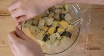 Copre gli ortaggi con una pellicola e li mette al microonde: ecco 9 trucchi formidabili!