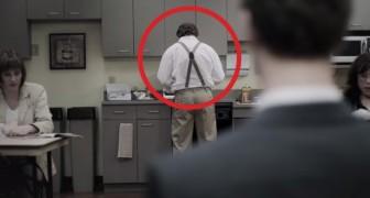 Een man probeert koffie te drinken in de kantine: wat zijn collega doet is... ONAANVAARDBAAR!