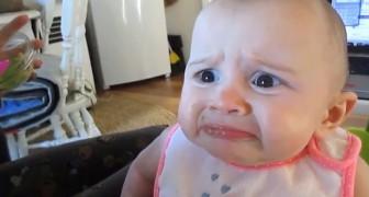 Mama y papa le dan palta o aguacate: la reaccion de la bebe es increible
