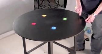 Mette della sabbia colorata sul tavolo: ciò che fa poco dopo sembra magico!