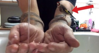 Ein Mann hält seine Hände unters Wasser: Schaut mal, was sein kleiner Freund macht!