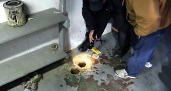 Alguém está preso no tubo... a ajuda destas pessoas salvará uma vida!