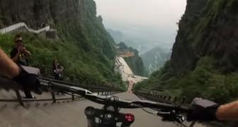 Se prepara con la bici en la cima a 999 escalones: su bajada los hara quedarse sin aliento