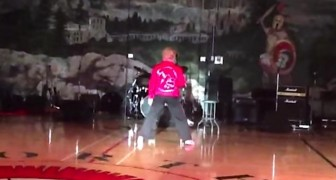A 60 year old woman takes on the dance floor: as soon as she turns around, the audience goes wild!