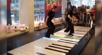 Duas mulheres sobem em um piano gigante: veja o resultado!