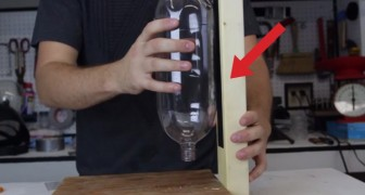 Hij bevestigt een fles tegen een houten staaf: dit is de PERFECTE waterbak voor je huisdier!